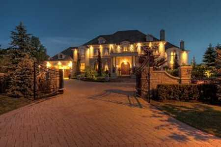 Toronto Mansions Pull out your swords and slay anyone